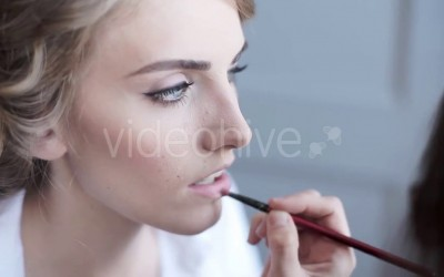 Wedding-makeup-artist-making-a-make-up-for-bride